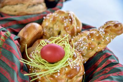 Feiern mit Osterbrot und Festtagsbraten